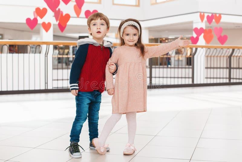 Duas crianças engraçadas adoráveis bonitos caucasianos brancas menino e menina que abraçam o beijo fotos de stock royalty free