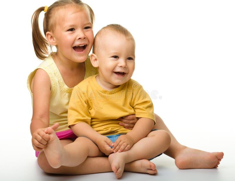 Duas crianças estão tendo o divertimento imagem de stock