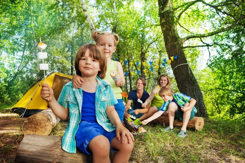 Duas crianças felizes com o marshmallow roasted em varas fotos de stock royalty free