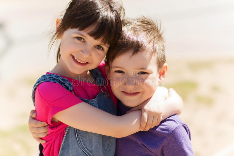 Duas crianças felizes que abraçam fora foto de stock royalty free