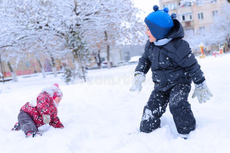 Duas crianças felizes que jogam a bola de neve fotos de stock