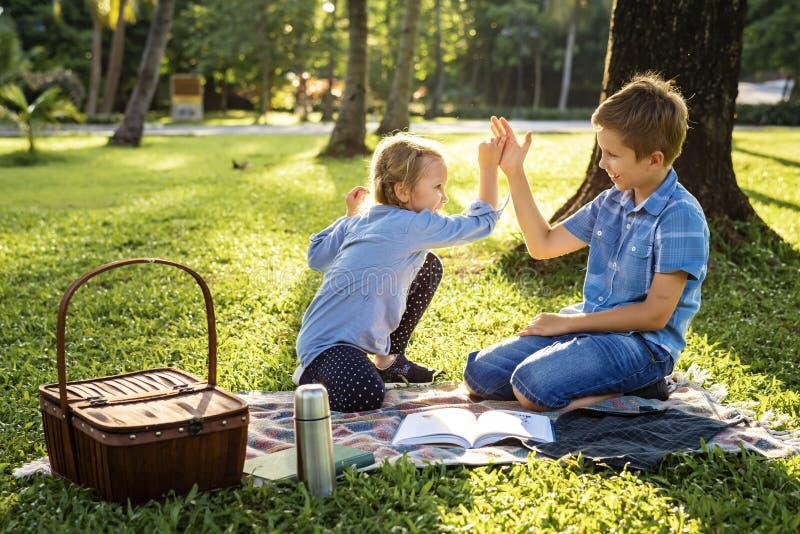 Duas crianças felizes que jogam junto no parque fotografia de stock