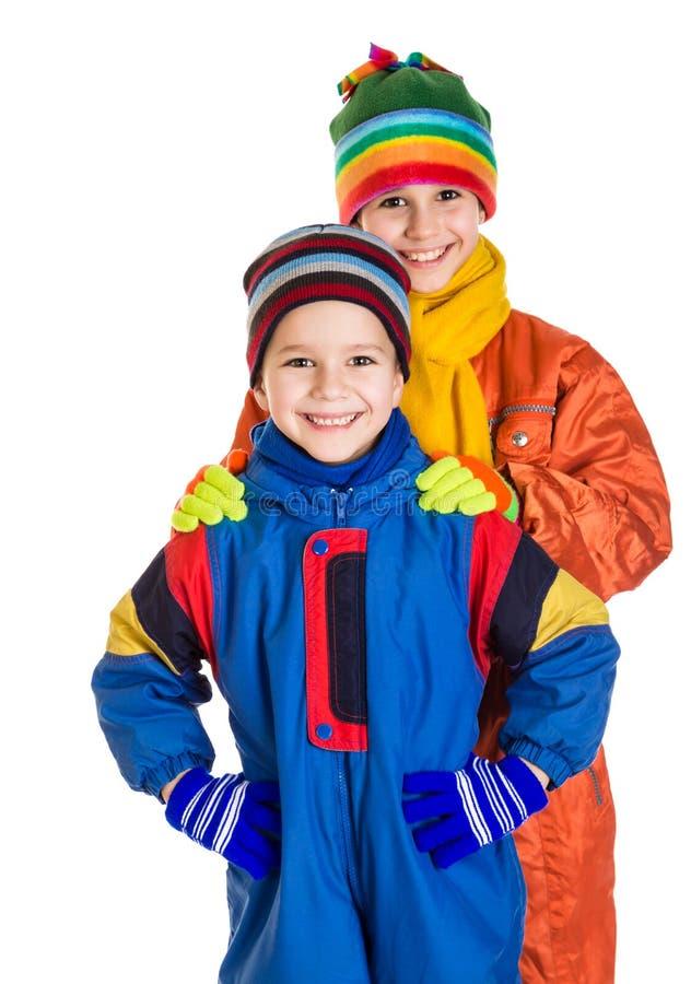 Duas crianças na roupa do esporte de inverno fotografia de stock