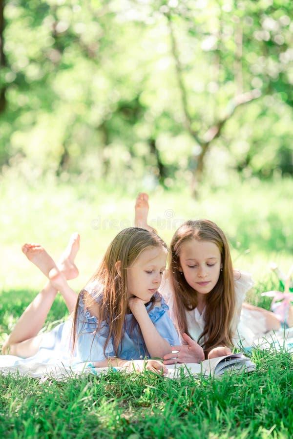 Duas crianças no piquenique no parque imagens de stock royalty free