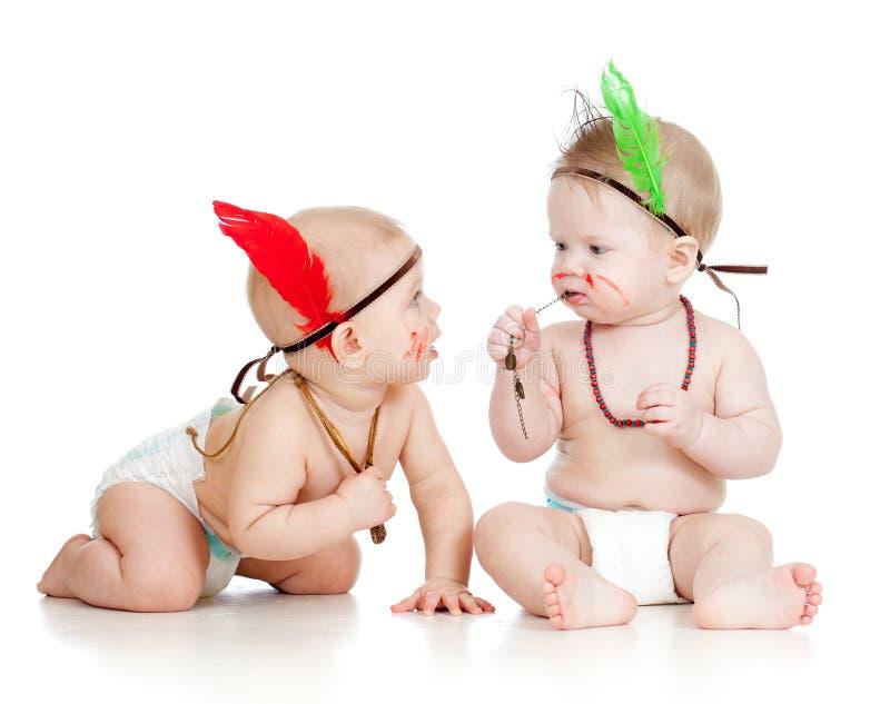 Duas crianças pequenas engraçadas como o Indian nos tecidos foto de stock royalty free
