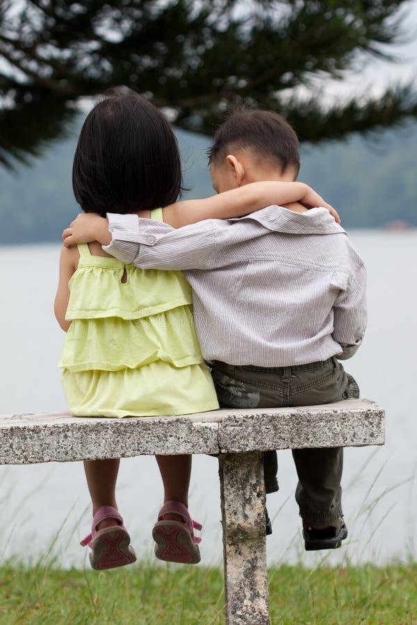 Duas crianças que datam em um parque fotos de stock royalty free