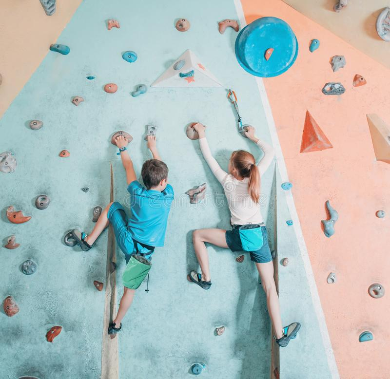 Duas crianças que escalam no gym imagens de stock royalty free