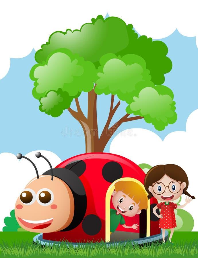 Duas crianças que jogam na casa do joaninha ilustração royalty free
