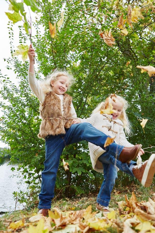 Duas crianças que jogam no parque imagem de stock