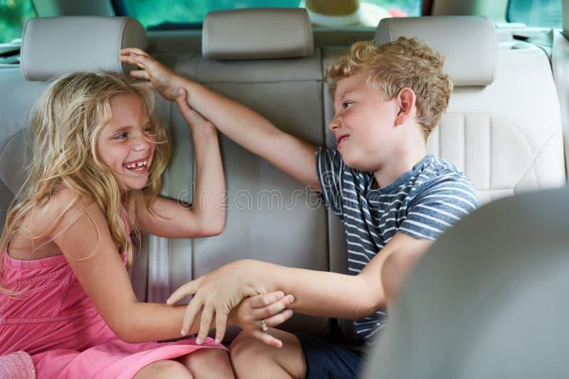 Duas crianças são de combate e de argumentações no carro fotos de stock royalty free