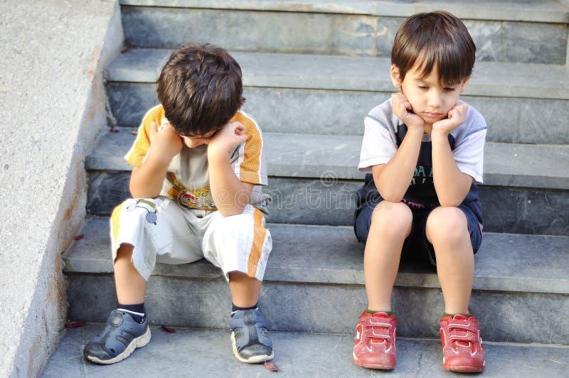 Duas crianças tristes foto de stock royalty free