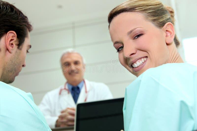 Duas enfermeiras e um doutor foto de stock