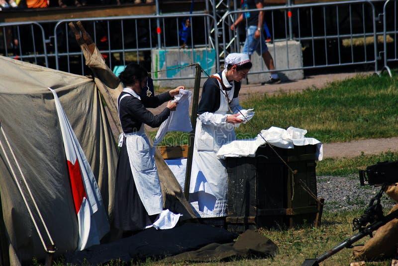 Duas enfermeiras no reenactment da batalha de Nivelle do picador fotografia de stock royalty free