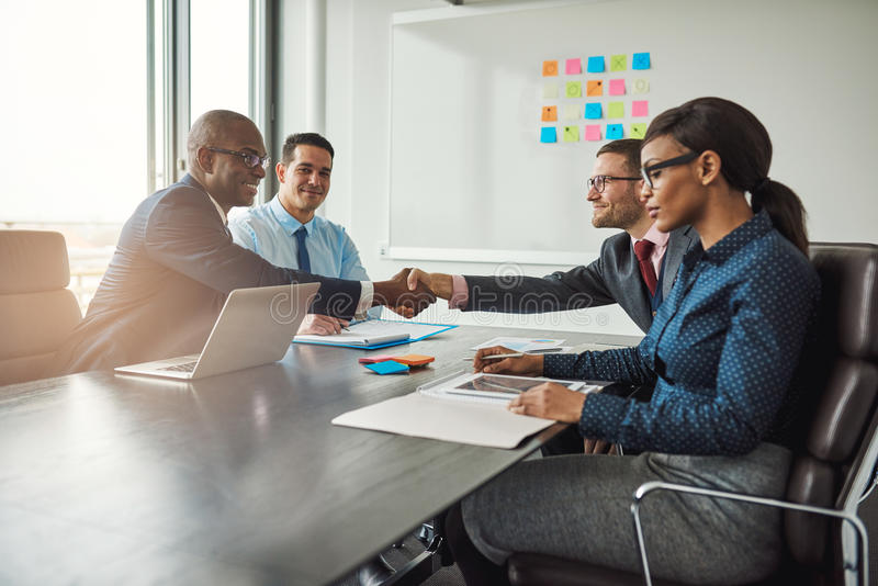 Duas equipes do negócio que alcançam um acordo fotografia de stock
