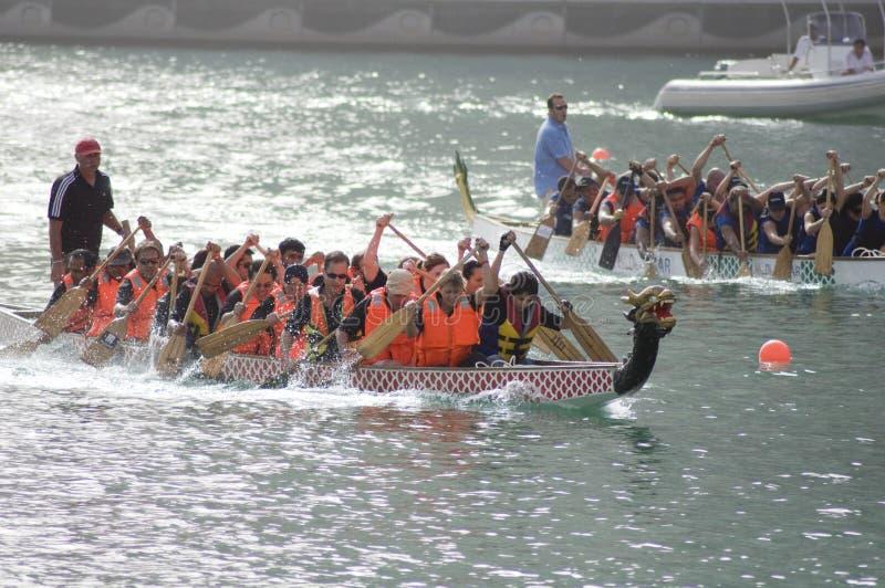 Duas equipes na raça de barco do dragão imagens de stock