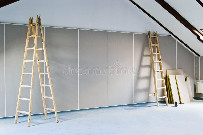 Duas escadas e paredes fotografia de stock