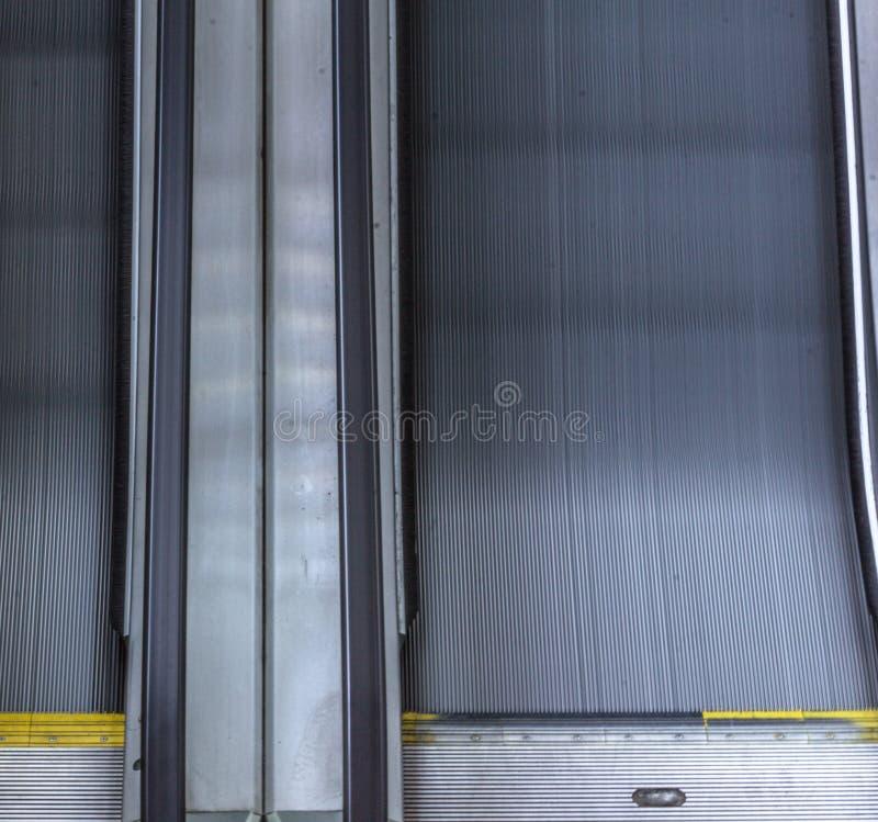Duas escadas rolantes que correm de lado a lado imagens de stock