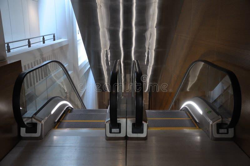 Duas escadas rolantes que vão para cima e para baixo fotografia de stock