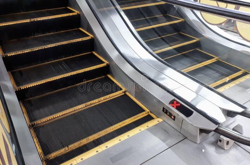 Duas escadas rolantes que vão para cima e para baixo imagem de stock