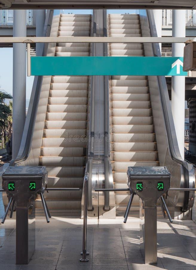 Duas escadas vazias da escada rolante no terminal fotografia de stock