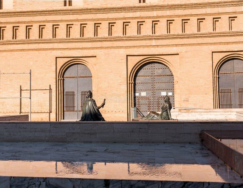 Duas esculturas de bronze fêmeas em Pilar Square, Zaragoza, Espanha Copie o espaço para o texto imagem de stock royalty free