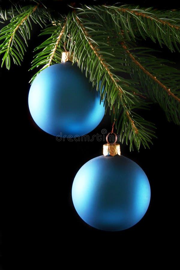Duas esferas azuis do Natal fotos de stock royalty free