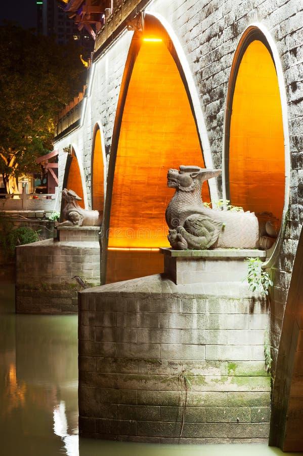 Duas estátuas do dragão na noite na ponte de Anshun em Chengdu fotografia de stock royalty free