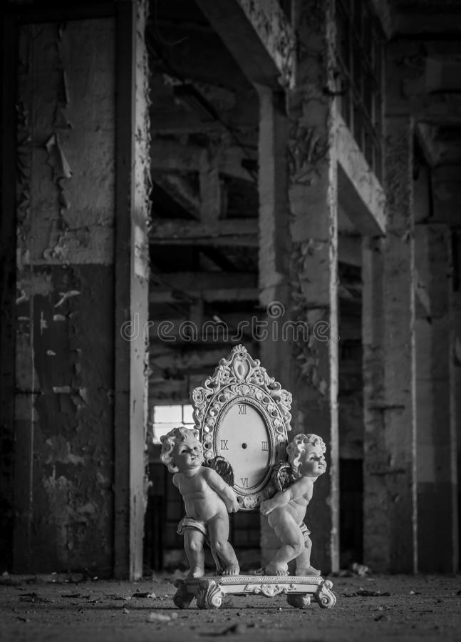 Duas estatuetas dos anjos que guardam um pulso de disparo quebrado fotografia de stock