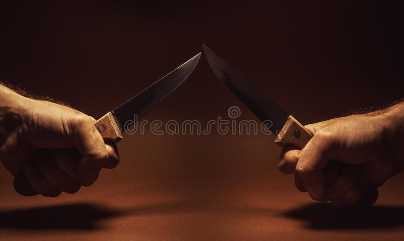 Duas facas e duas mãos foto de stock royalty free
