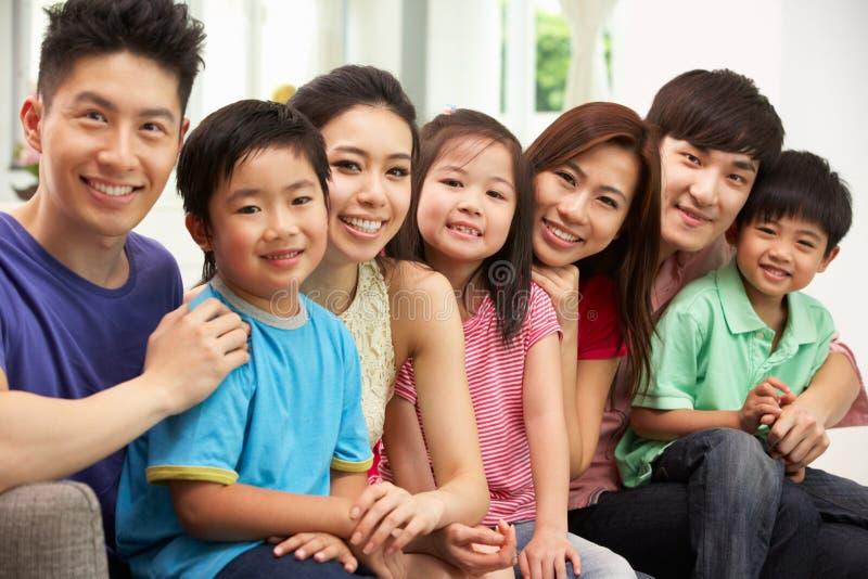 Duas famílias chinesas que sentam-se e que relaxam em casa fotos de stock