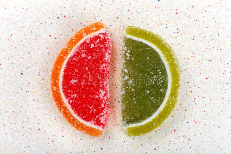 Duas fatias de cores diferentes do doce de fruta fotografia de stock