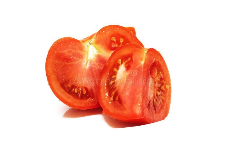 Duas fatias de tomates vermelhos perto acima, isoladas imagens de stock