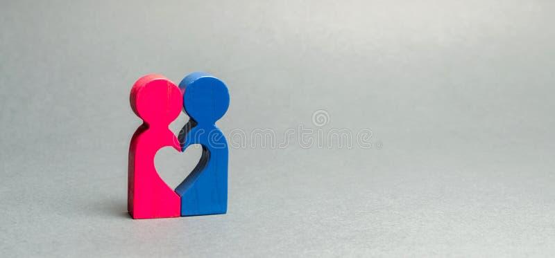 Duas figuras de madeira conectadas ao coração O conceito do amor e romance Busca para a segunda metade Pares dos amantes Casament fotos de stock royalty free