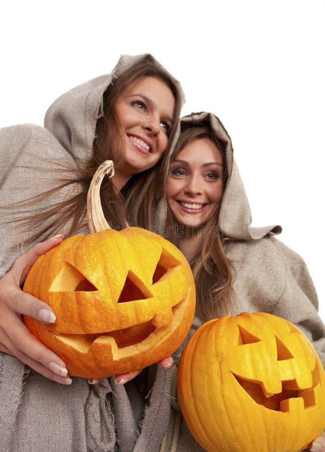 Duas freiras que prendem abóboras de Halloween fotografia de stock royalty free