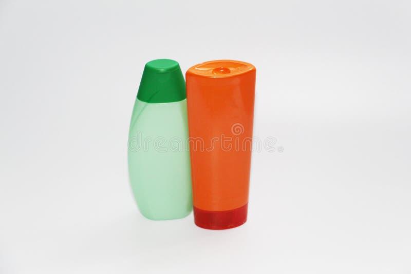 Duas garrafas plásticas em um fundo branco Garrafas sem etiquetas foto de stock