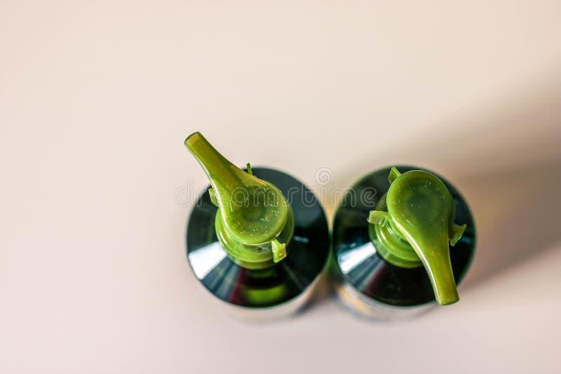Duas garrafas plásticas transparentes pequenas do sabão líquido na opinião branca do fundo de cima de fotografia de stock royalty free