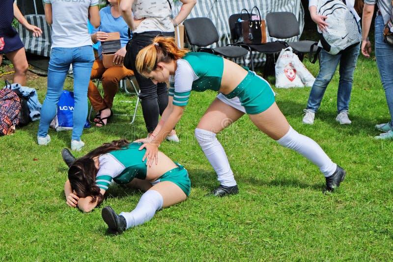 Duas ginastas - acrobatas que aquecem-se antes de um desempenho no festival da cidade imagem de stock