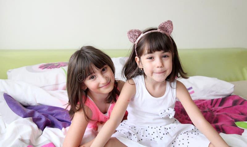 Duas irmãs fotografia de stock royalty free
