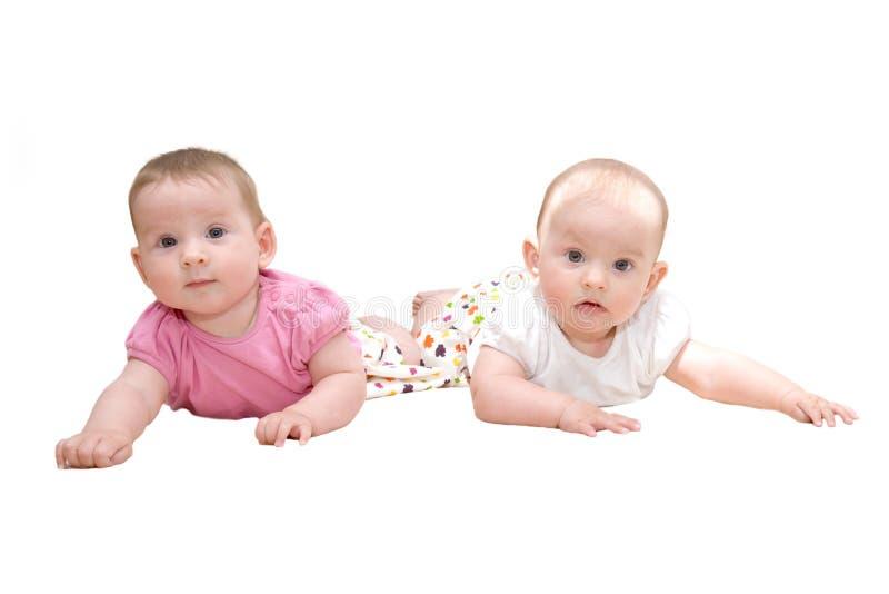 Duas irmãs, bebés gêmeos fotografia de stock