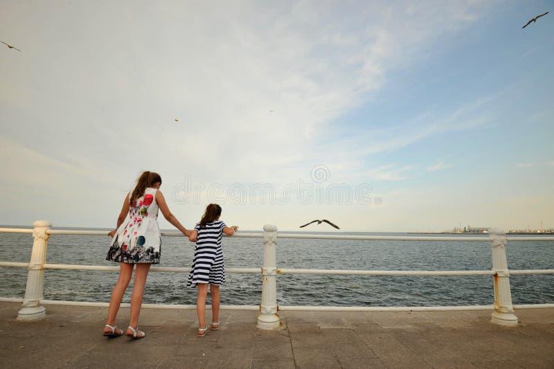 Duas irmãs bonitas que apreciam a costa do Mar Negro em Romênia foto de stock