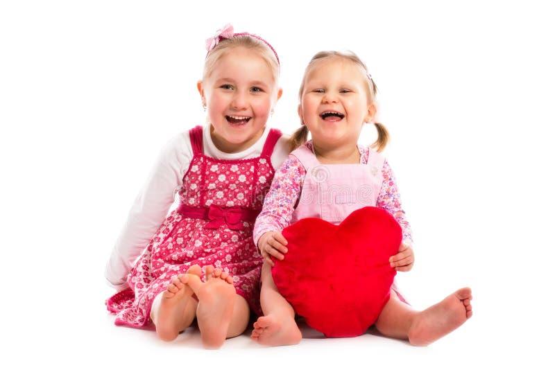 Duas irmãs com coração fotografia de stock