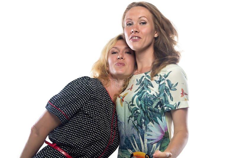 Duas irmãs de riso felizes fotos de stock royalty free