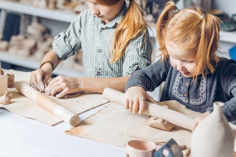 Duas irmãs do gengibre que atendem a lições de handcraft fotografia de stock royalty free