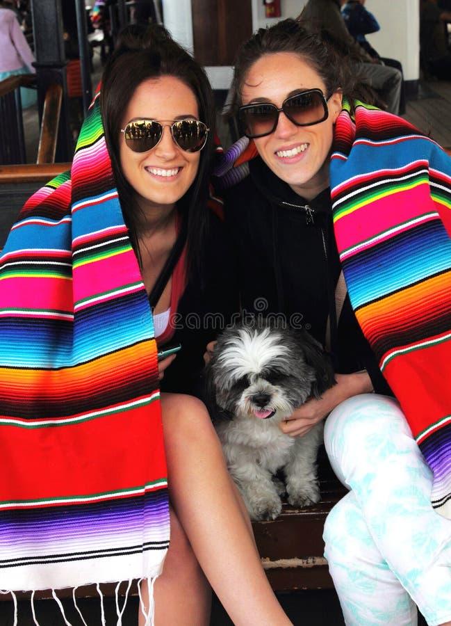 Duas irmãs em um passeio do barco imagem de stock