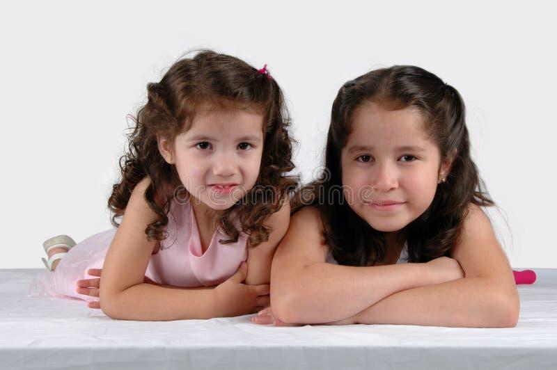 Duas irmãs fecham-se junto imagens de stock