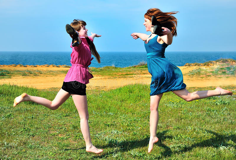 Duas irmãs felizes imagens de stock royalty free