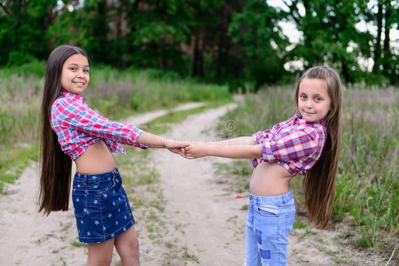 Duas irmãs mais nova bonitos fotografia de stock