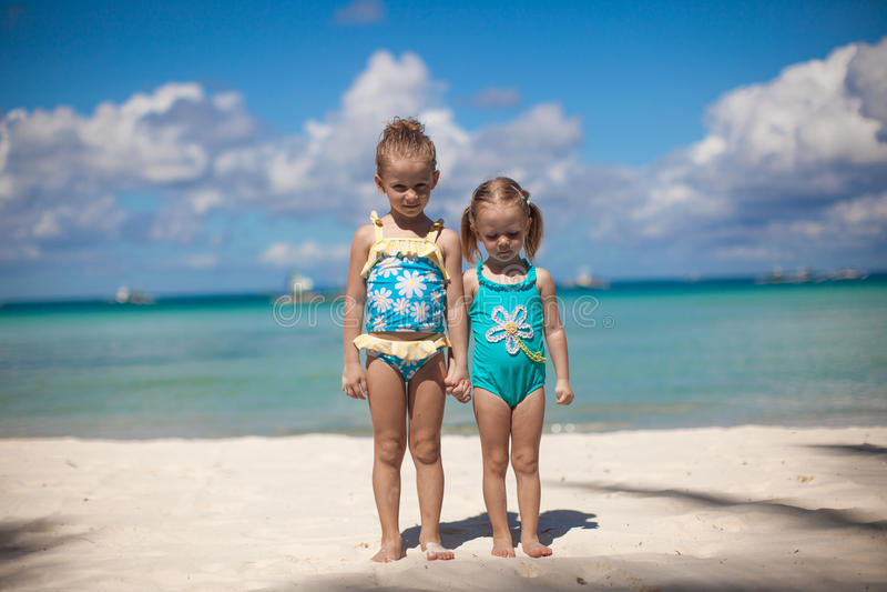 Duas irmãs mais nova na praia tropical fotografia de stock royalty free