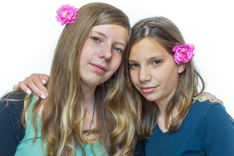 Duas irmãs que abraçam-se foto de stock royalty free