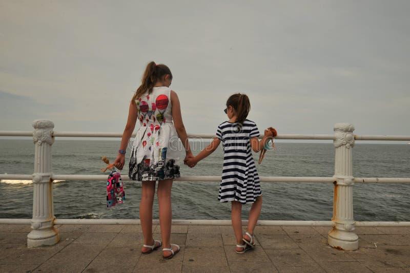 Duas irmãs que apreciam a costa do Mar Negro em Romênia foto de stock